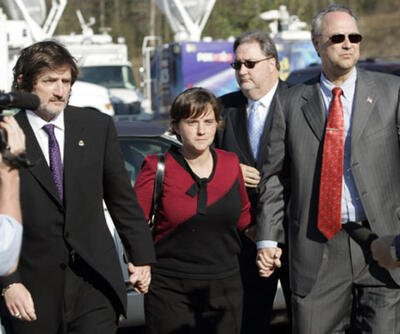 Mary Winkler goes to court flanked by attorney Leslie Ballin (L), investigator Terry Cox, and attorney Steve Farese (R)